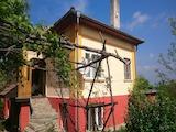 Реновирана двуетажна къща с просторен двор в село на 5 км от Павликени