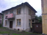 Двуетажна къща с двор в центъра на село, само на 7 км от град Априлци