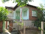 Уютна двуетажна къща с двор в живописен селски район