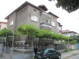 Двуетажна къща с двор близо до центъра на Асеновград