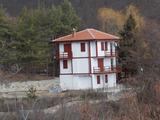 Двуетажна новопостроена къща с двор в района на Мелник