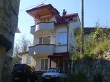 Триетажна къща с малък двор в гр. Смолян