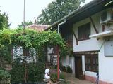 Селски имот с голям двор само на 10 км от Велико Търново
