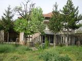 Двуетажна къща с голям двор в село на 33 км от Велико Търново
