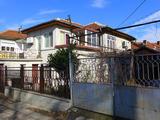 Двуетажна къща с двор и лятна кухня в Елхово
