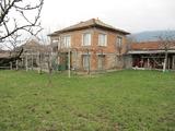 Двуетажна къща с двор на 8 км от Карлово