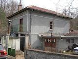 Двуетажна къща с двор в село на 7 км от Габрово