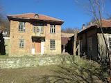 Двуетажна къща с пристройка на 20 км от Велико Търново