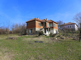 Двуетажна къща с двор сред живописна природа