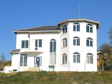 3-storey house with yard and panoramic view to the lake Mandrensko