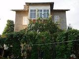 Голяма двуетажна къща с гараж на 150 км от София