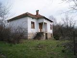 Масивна къща на два етажа в спокоен район