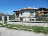 Двуетажна къща с двор близо до Пазарджик