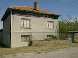 Две къщи с просторна земя на 34 км от В. Търново