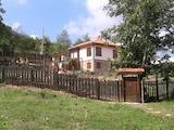 Красива двуетажна къща с двор в екологично чист район