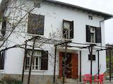 Реновирана двуетажна къща с двор на 3 км от село Боженци