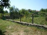 Къща с голям двор, част от спокойно село