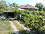 Къща с двор и гараж в град на 12 км от Велико Търново