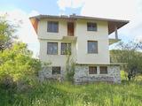 Триетажна къща с живописна локация и панорамна планинска гледка