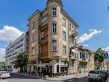 Старинна архитектура в динамична градска среда