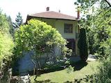 Двуетажна къща с градина и удобства в полите на Витоша