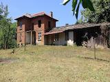 Масивна двуетажна къща с двор на 8 км от град Габрово