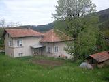 Двуетажна масивна къща само на 90 км от град София
