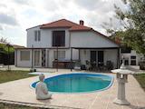 Ремонтирана двуетажна къща с басейн и голям двор