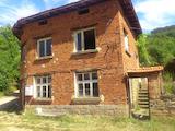 Двуетажна тухлена къща в село на 15 км от град Троян