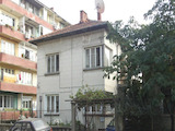 Двуетажна къща с гараж в топ центъра на град, на 35 км от Ловеч