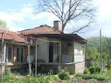 Селска къща с двор близо до Троянския манастир