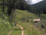 Парцел със стара тухлена постройка на 2 км от ски курорт Чепеларе