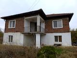 Двуетажна къща с нов покрив и двор на 35 км от Ямбол