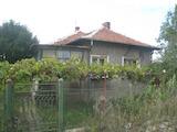 Къща с двор в село на 27 км от София