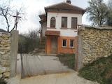 Масивна двуетажна къща с двор на 27 км от Видин