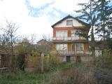 Двуетажна къща с двор и красива гледка към езеро в село Безден