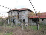 Двуетажна къща с двор в хубаво село до Хисаря
