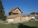 Четириетажна модерна къща с двор в село Лозен