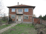 Двуетажна къща с двор на 6 км от Първомай