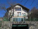 Обзаведена триетажна къща с двор и двоен гараж във Владая
