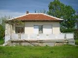 Приятна къща с двор и голяма веранда
