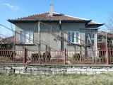 Две къщи в един двор и стопански постройки в гр. Грамада
