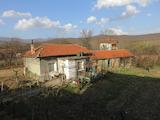 Едноетажна къща с двор в полите на Средна гора