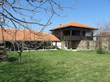 Реновирана двуетажна къща с поддържан двор в Родопите