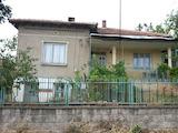 Масивна двуетажна къща в центъра на село Раброво
