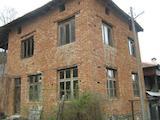 Голяма двуетажна къща с двор на 12 км от Троян