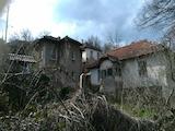 Две къщи в един двор на 14 км от град Белоградчик