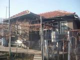 Едноетажна къща с голям двор на 7 км от гр. Елена