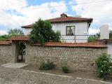 Реновирана къща с двор и удобства в полите на Средна Гора