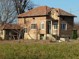 Двуетажна къща в село на 18 км от Велико Търново